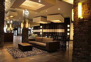 Sandman Signature Hotel Resort Vancouver Airport lobby